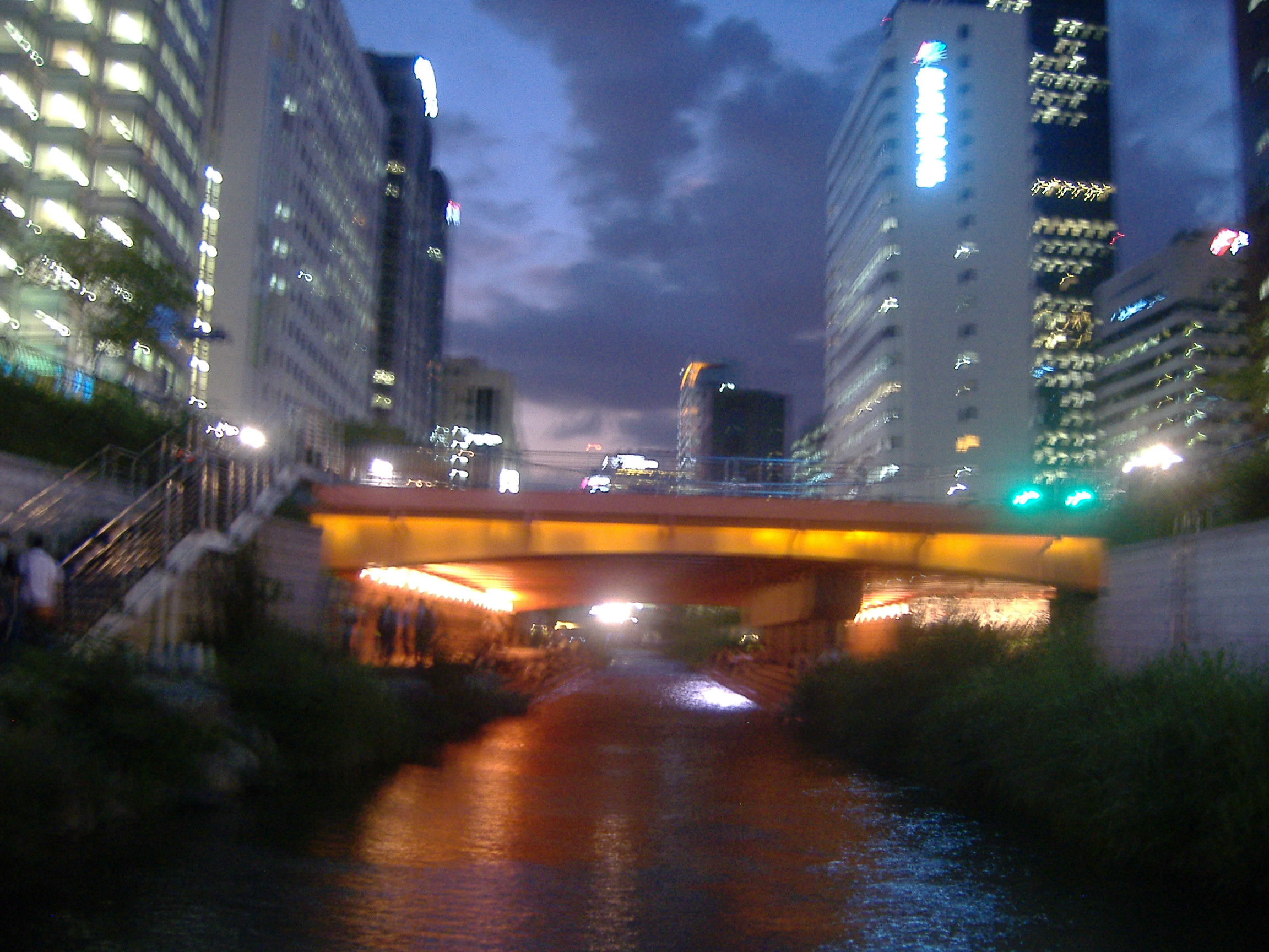 ソウル中心部を流れる川夜