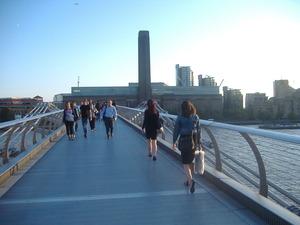 102_passengers_on_the_Millennium_Bridge