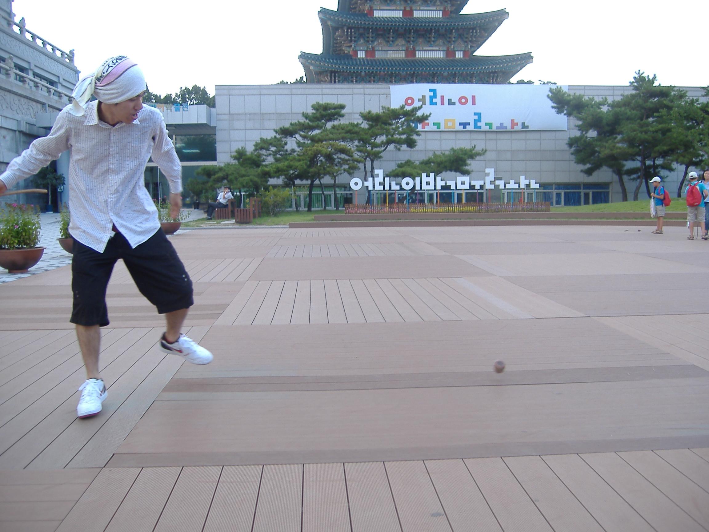 福京宮内で独楽を廻す