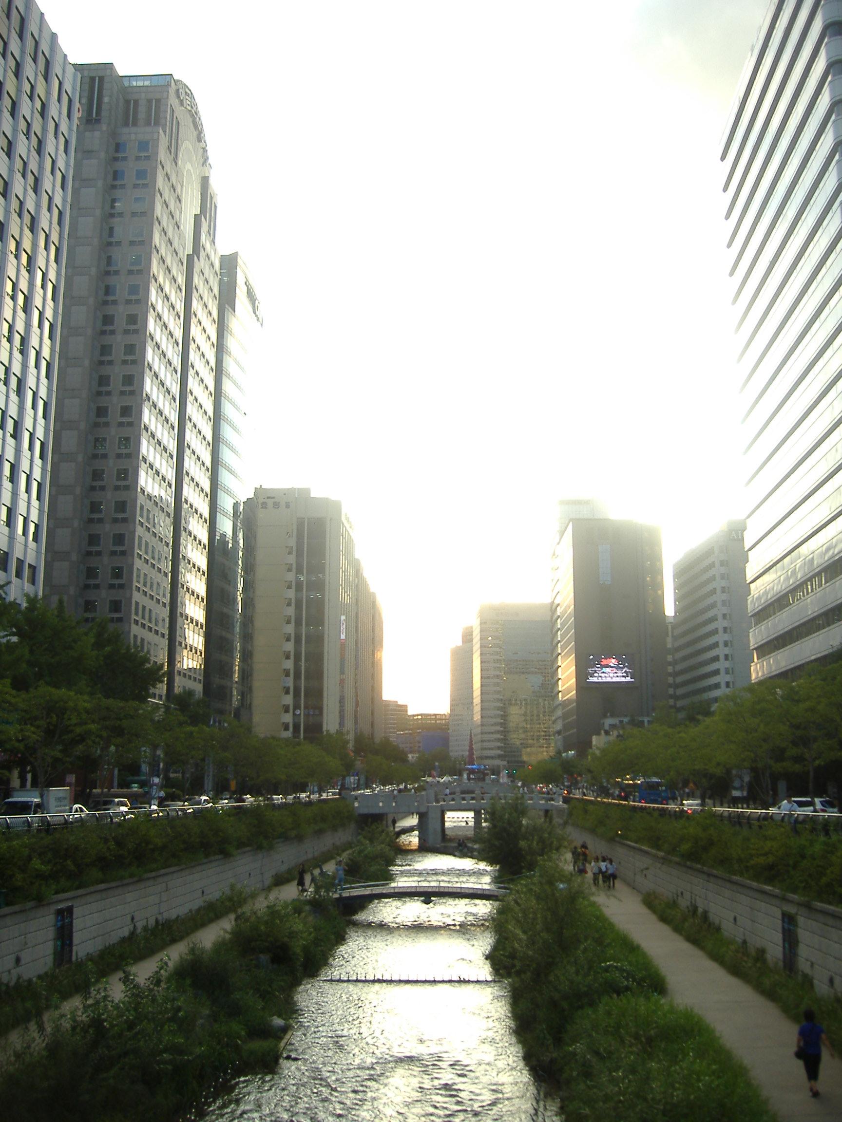 ソウル中心部を流れる川昼
