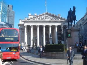 093_ロンドン証券取引所前を歩く日本人ビジネスパーソン2名