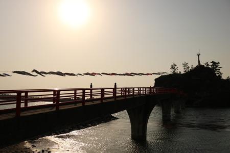 糸魚川 弁天岩 鯉のぼり 夕日 (3)