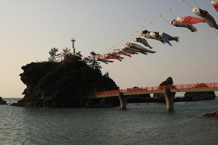 糸魚川 弁天岩 鯉のぼり 夕日 (1)