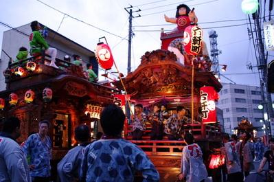 六軒町、昭和通りとすれ違う
