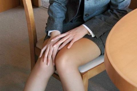 開かれた太腿の間には、そこにあるはずのもの、パンティーがなかった