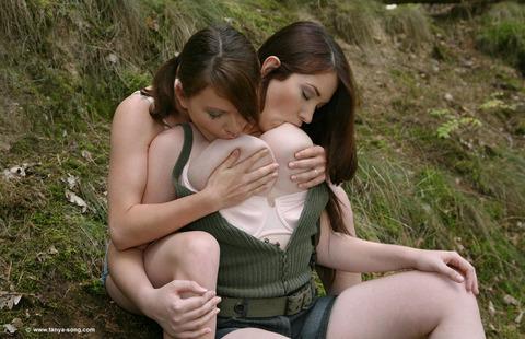 巨乳自分で乳首舐め (2)