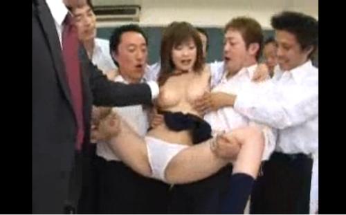 【エロ動画】巨乳女子校生のおっぱいを集団で揉み倒して中だし20発w