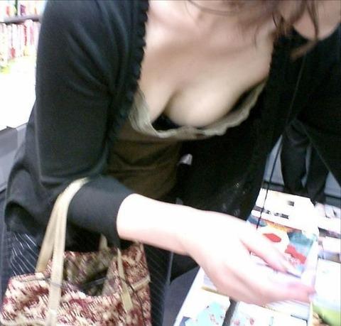 盗撮街撮りの薄着な素人を狙った胸チラ画像集