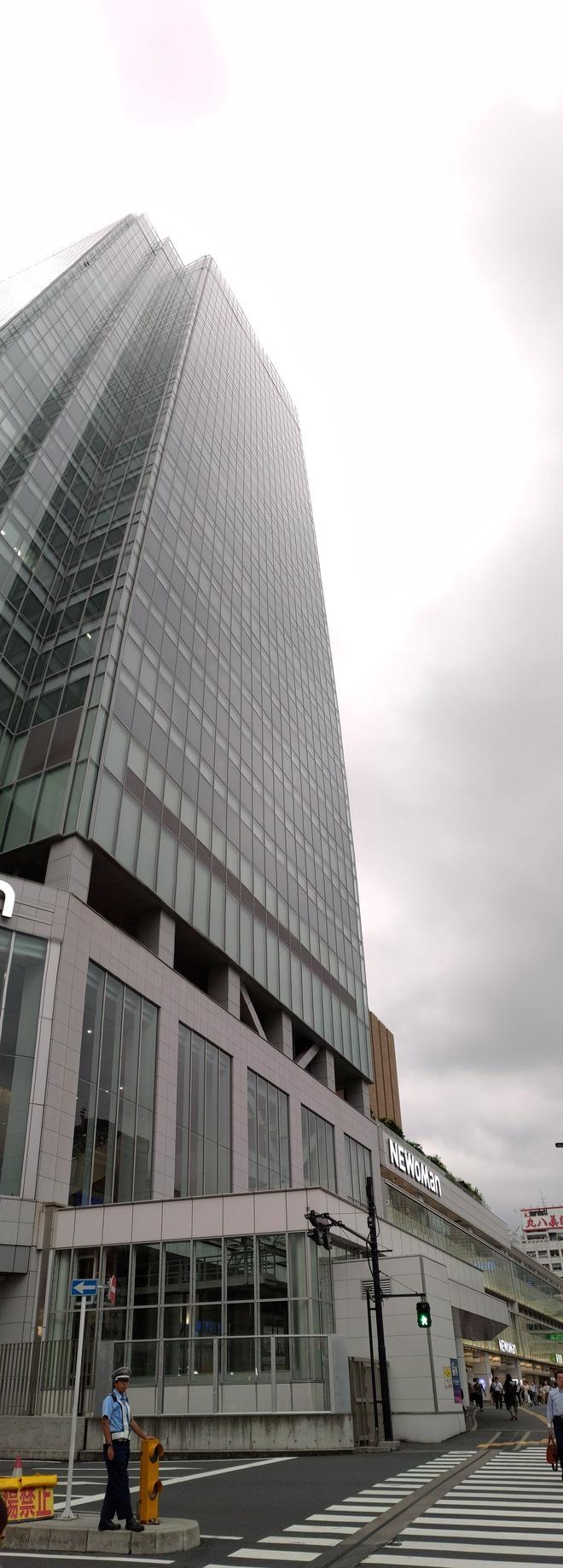 07【ZenFone 6】背の高い建物の上下のパノラマ撮影