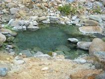 川原に湧く露天風呂