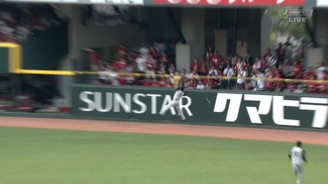 【珍プレー】 広島・田中の打球がファンスのラバーに入り込むwwww
