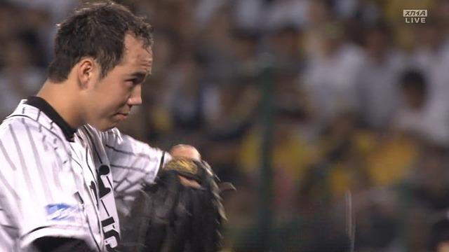 阪神・青柳、2者連続死球 → 帽子を取って謝罪 のサムネイル