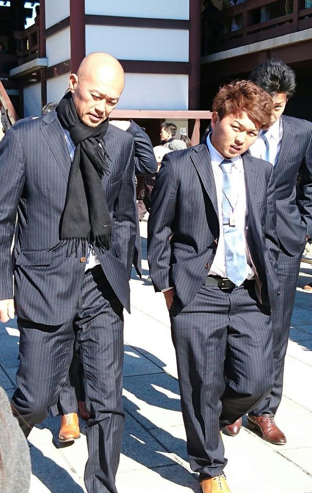 【悲報】 ロッテ・田村、スーツ姿が絶望的に似合わない
