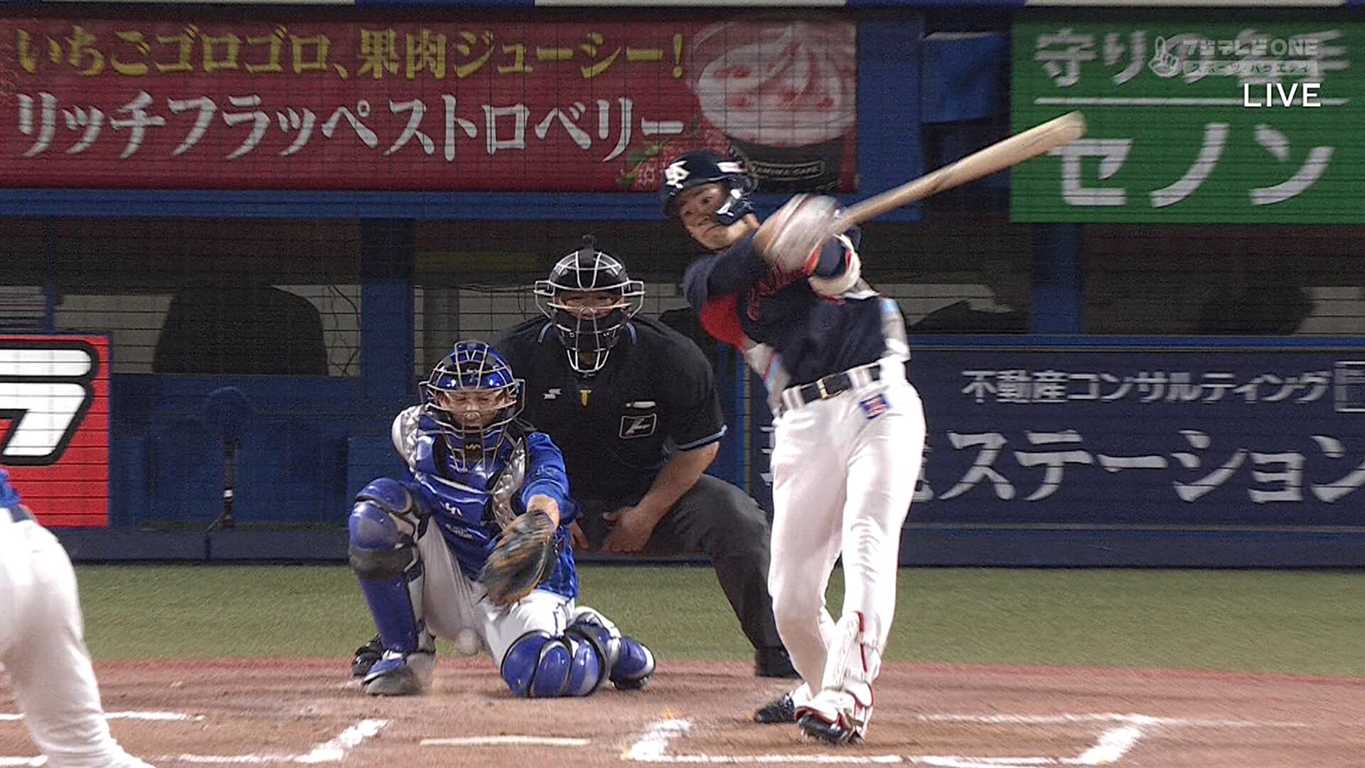 DeNA・伊藤光、ファールボールが股間に直撃 下からモロに…
