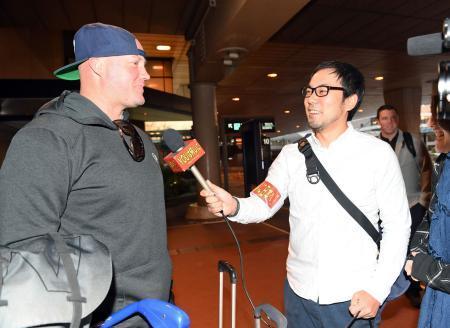 巨人・マギー「YOUは何しに日本へ?」のインタビューを受ける