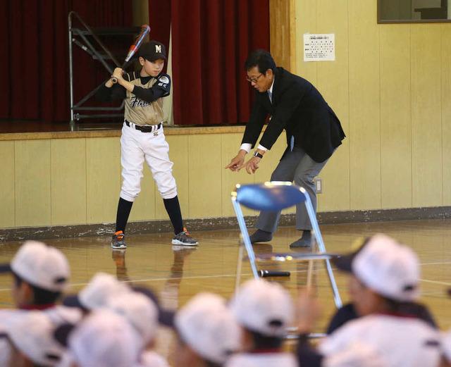 栗山監督、表情が一変 悩める野球少年を奥へ連れ出し熱血指導
