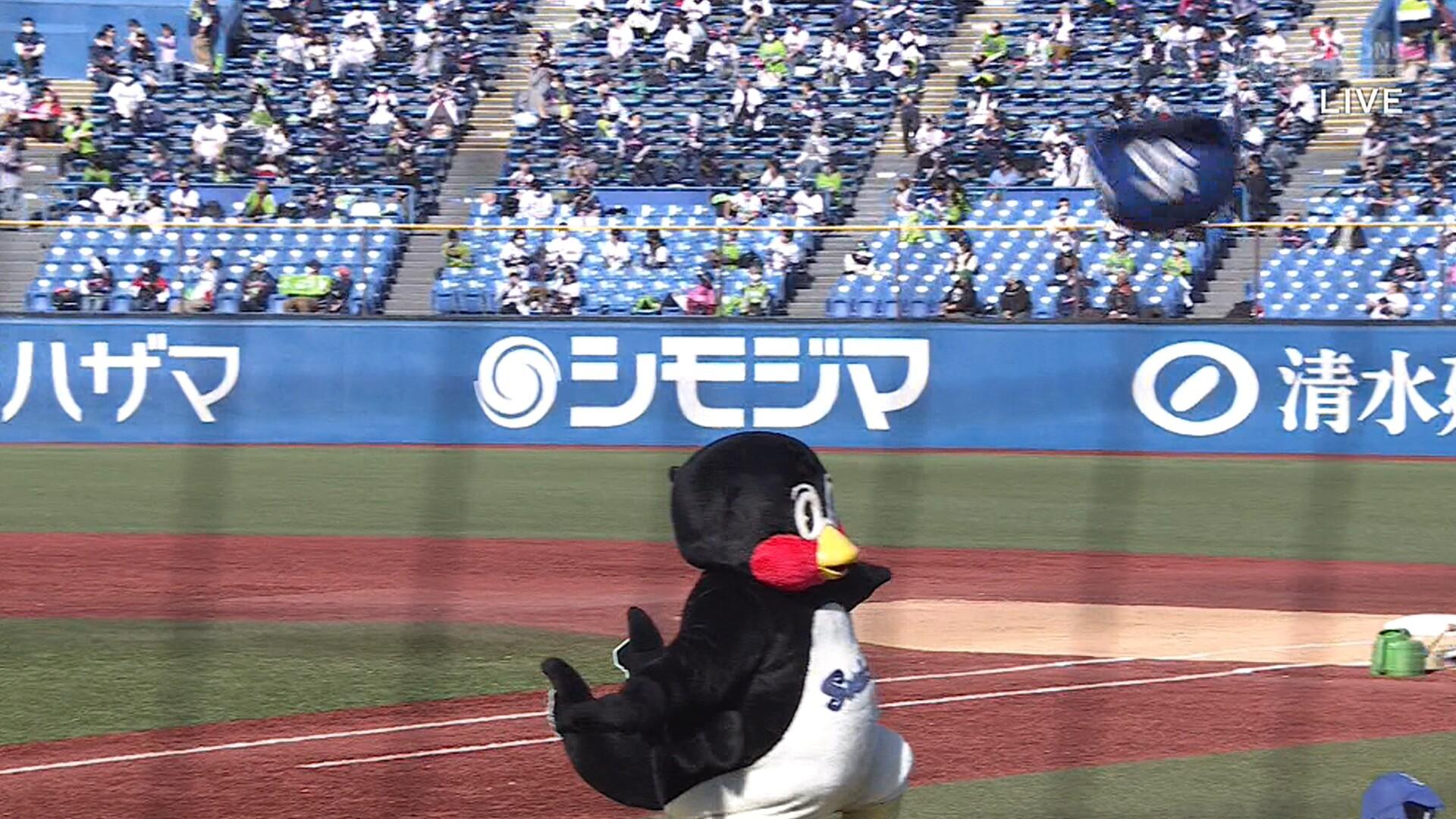 つば九郎の「くるりんぱチャレンジ」 強風に吹っ飛ばされて失敗