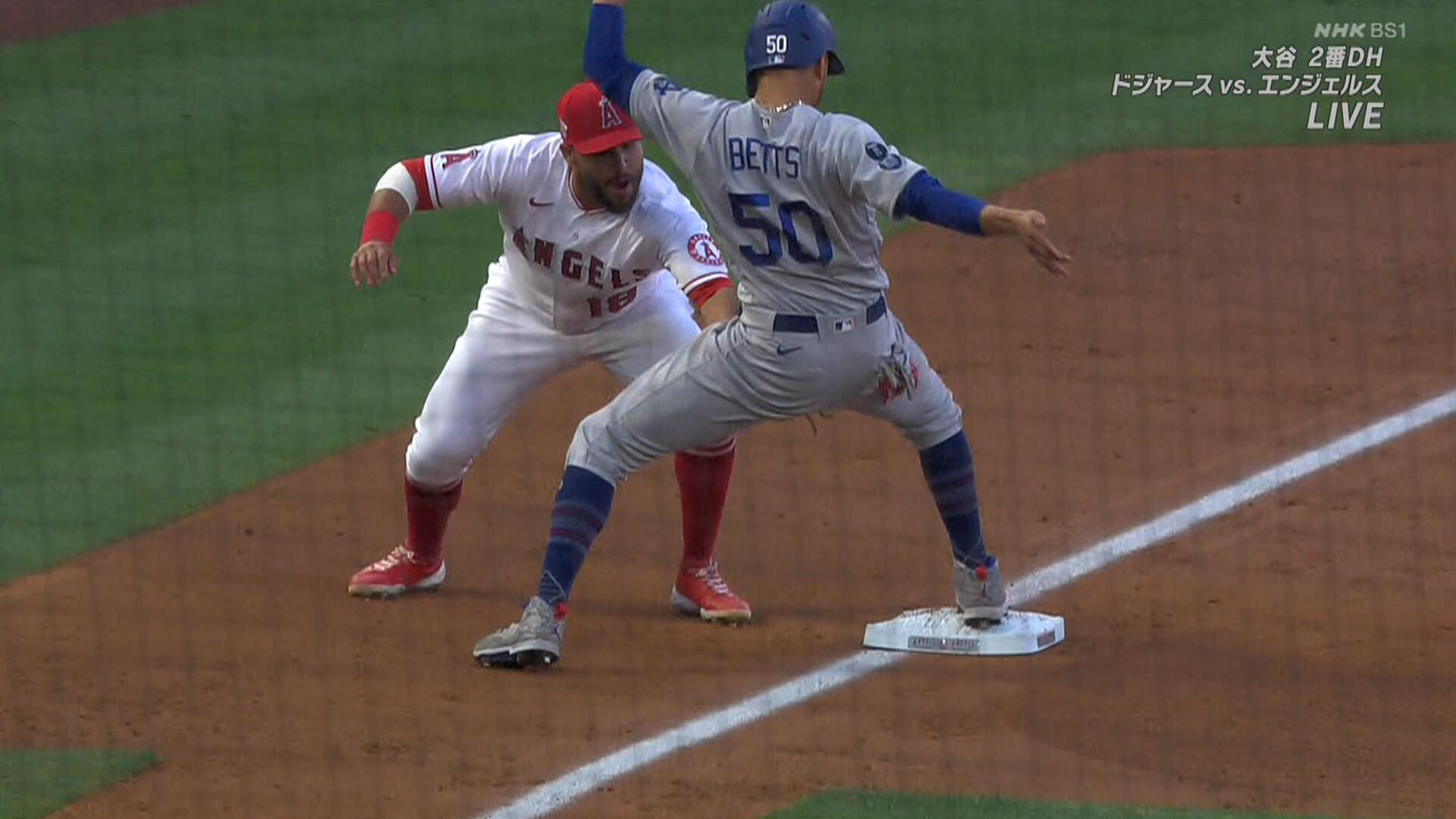 ドジャース・ベッツ、三塁手のタッチが股間を直撃し悶絶