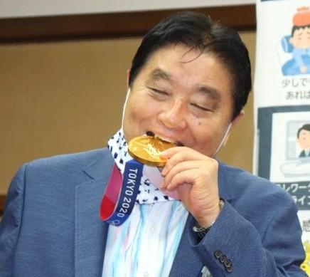 トヨタ、河村市長のメダルかじりに抗議「不適切かつあるまじき行為」