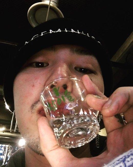"""【BIGBANG NEWS】G-DRAGON、焼酎を片手にワイルドな姿を公開""""髭が似合います"""""""