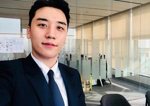 【BIGBANG NEWS】BIGBANGのV.I、スーツ姿の近況ショット公開「月曜日の会社出勤」