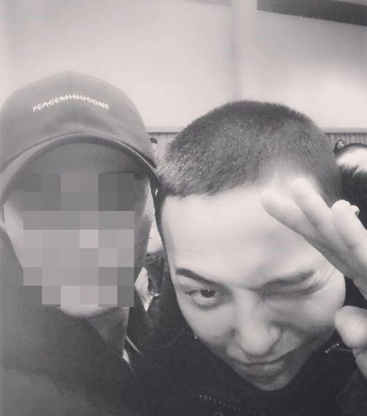 "【BIGBANG NEWS】""本日入隊""G-DRAGON、坊主頭でウィンク…現場に同行したマネージャーが公開"