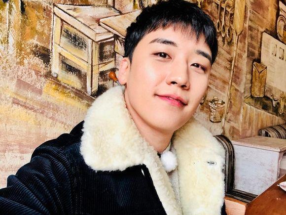 """【BIGBANG NEWS】BIGBANGのV.I、セルフショットで近況公開…""""会いたいですか?"""""""