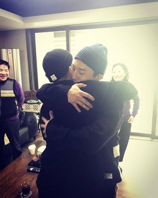 【BIGBANG NEWS】ドン・ヒョンベ、入隊するBIGBANGのSOLに熱いハグ「愛する弟、気をつけて…」