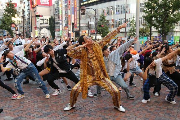 【BIGBANG NEWS】BIGBANGのV.Iに恩返し!?新宿で突然のフラッシュモブが出現…ピコ太郎登場で一時騒然