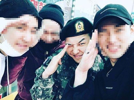 【BIGBANG NEWS】入隊中のG-DRAGON、修了式で仲間と元気に敬礼ポーズ…笑顔の近況ショット話題