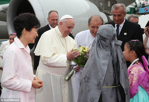 1408005027934_wps_20_Pope_Francis_receives_flo