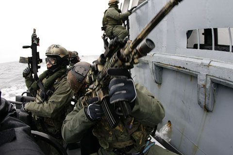 800px-GROM_with_Navy_SEALs_01