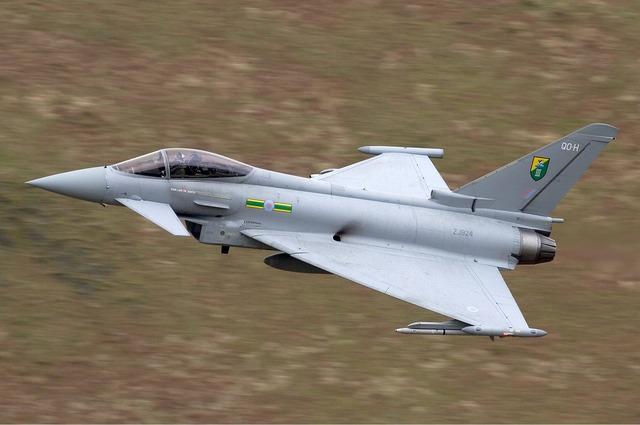 RAF_Eurofighter_EF-2000_Typhoon_F2_Lofting-1