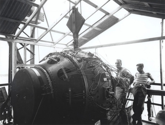 1920px-The_gadget_in_the_Trinity_Test_Site_tower_(1945)