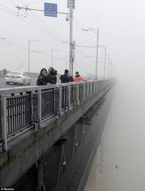 Chinese-Couple-Jump-Off-Tall-Bridge-In-Suicide-Pact
