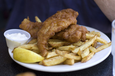 800px-Fish-and-chips-horseshoe-bay