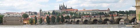 800px-Prazsky_hrad_karluv_most_panorama