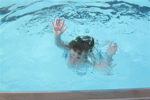 child-drowns-in-pool