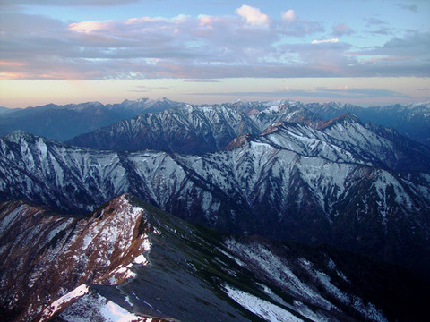 Hida_Mountains_from_Mount_Kashimayari_2003-11-02