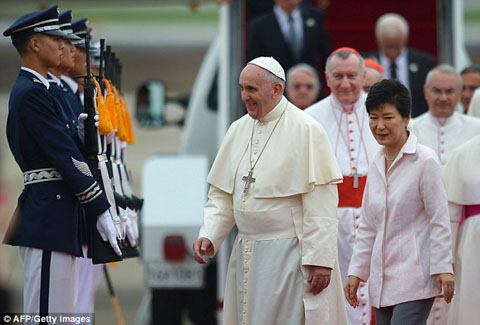 1408004393468_wps_10_Pope_Francis_C_walks_with