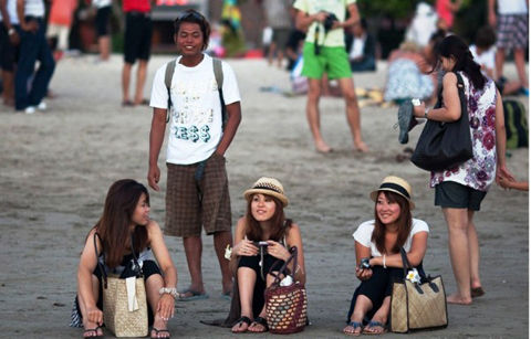 Japanese-Women-Enjoying-Sunset-in-Bali-600x384