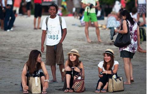 Japanese-Women-Enjoying-Sunset-in-Bali-600x384