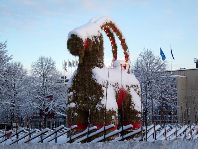 Yule_goat_Gefle_Sweden_2009