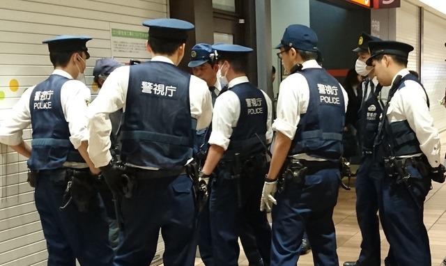 男性老人を職質にかける警察官