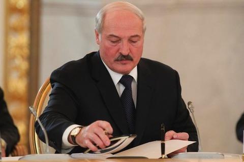 Lukashenko-sign-law