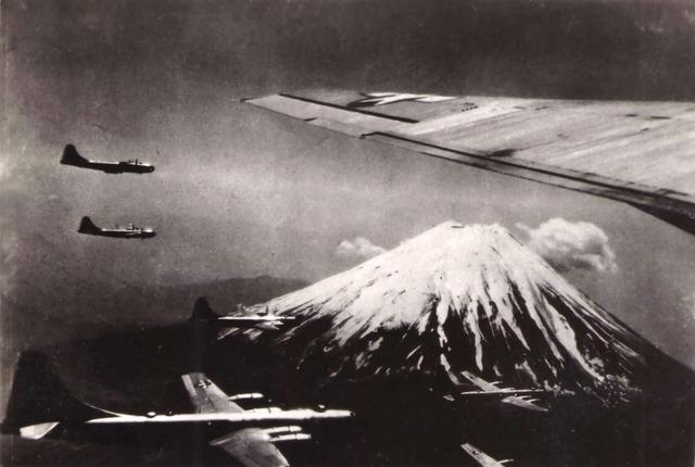 US_Bombers_near_Mount_Fuji