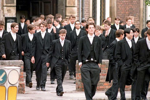 eton-school-pupils-walk-across-the-road-pic-pa-949800204-147910
