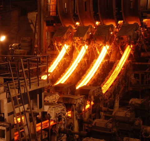 【ビュルルル~】製鋼所工員が高温の鉄を浴びそうになる瞬間が怖い【映像】