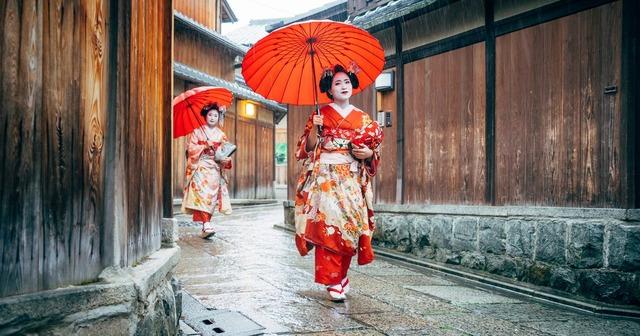 1_Maiko-Women-Walking-in-Kyoto