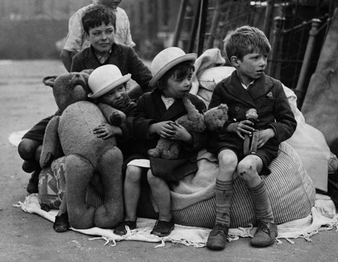 ww2_children_rescued_with_toys
